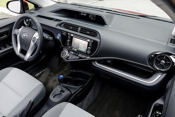Prius C салон рестайлинга