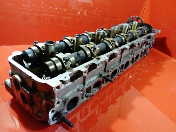 ГБЦ с двумя распредвалами и клапанами мотора 1FZ-FE