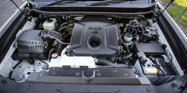 Аккумулятор под капотом Land Cruiser Prado 150