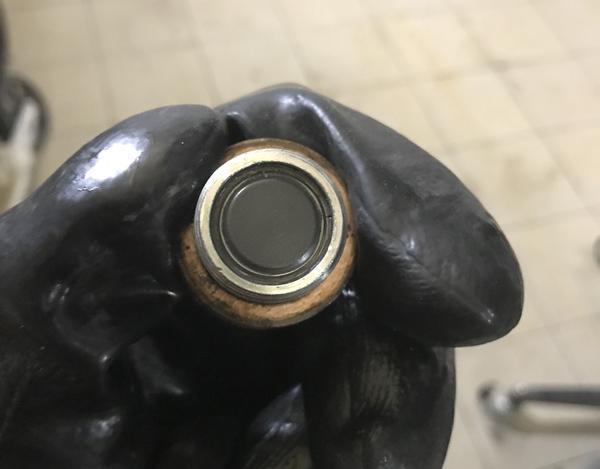 Следует тщательно промыть магнит на пробке.
