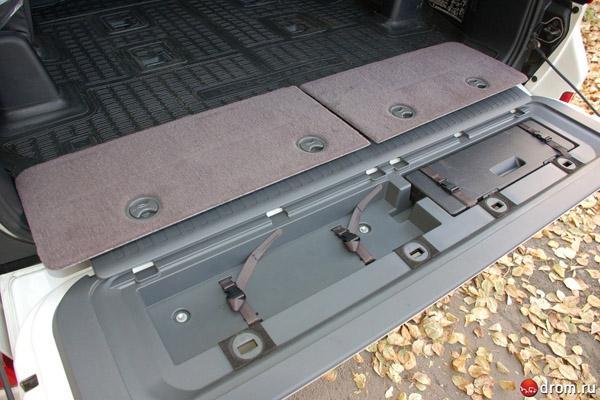 Ниша в нижней створке двери багажника Land Cruiser 200