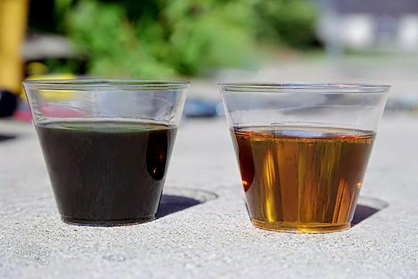 Использованное потемневшее масло и новое масло.