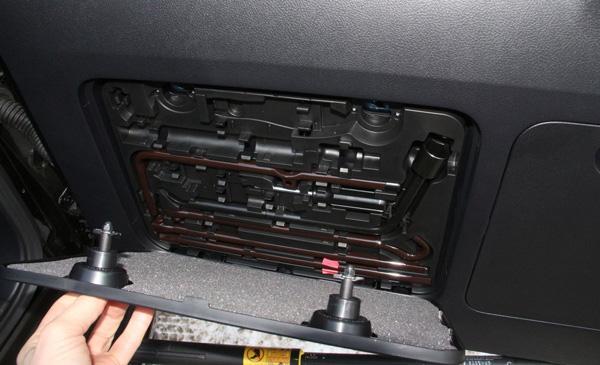 Домкрат спрятан в левую боковину багажника Land Cruiser Prado 150