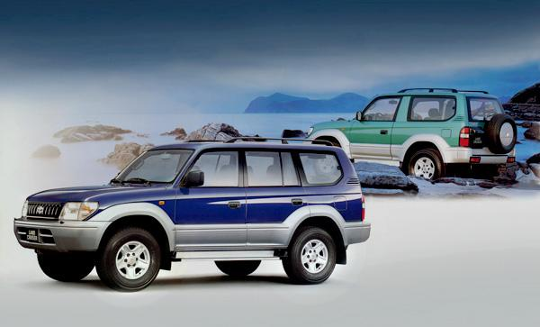 две версии Toyota LC 90 — полноразмерная и укороченная. Чтобы не путаться в названии двух модификаций, достаточно запомнить:Прадо 95 — пятидверный кузов, а Prado 90 — трёхдверный.